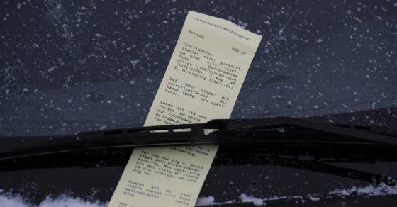 """Foto på en """"Parkeringsanmärkning"""" / """"Böteslapp"""" på en bils vindruta"""